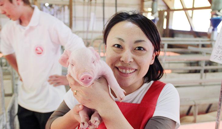 子豚とスタッフ